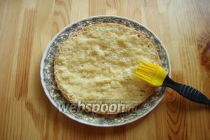Наш бисквит разрезаем на 3 части, каждую половинку хорошо пропитываем сиропом. Берём блюдо и кладём нижний пропитанный слой бисквита.