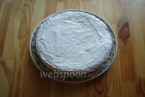 Закрываем торт третьим коржом и распределяем оставшийся крем по торту. Включая бока.