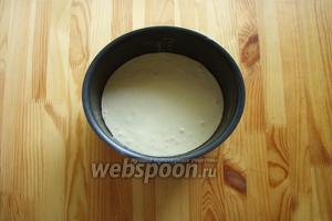 И затем тесто отправляем в смазанную растительным маслом чашу мультиварки. Выпекаем наш бисквит 45 минут на режиме «выпечка».