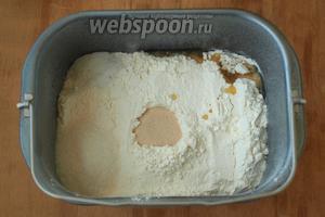 Просеять в ведёрко всю муку. По углам насыпать соль, сахар и влить 1 ст.л. оливкового масла. В центре сделать небольшое углубление и всыпать дрожжи. Поставить на режим «Замес теста», время 1 час 30 минут.