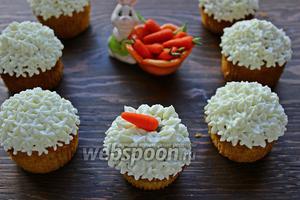 С марципана, слепить морковки, положить на шапку из крема (только перед подачей!). Приятного и вкусного вам чаепития))
