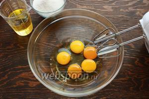 Взбить яйца, постепенно вливая масло.