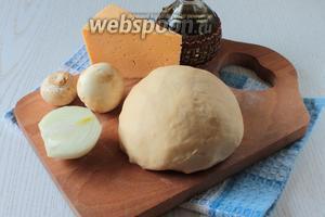 Для приготовления чебуреков нам понадобятся: мясо,  тесто заварное  (650 г), лук, грибы, сыр, соль и растительное масло.