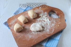 Из теста сформировать колбаску и нарезать её на одинаковые кусочки.