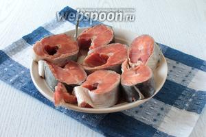 Рыбу почистить от чешуи и внутренностей, промыть. Затем разрезать рыбу на порционные куски.