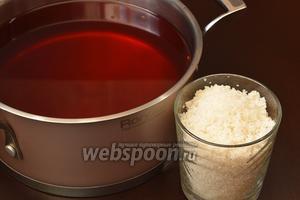 К отвару добавить сахар и размешать до растворения сахара. Охладить до температуры 35ºC.