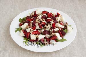 Добавить оставшиеся ягоды и грецкие орехи, поджаренные на сухой сковородке и остывшие.