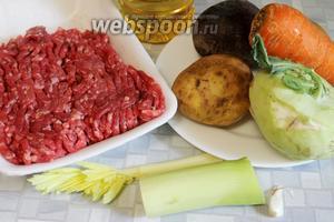 Для приготовления борща взять мясной фарш, картофель, кольраби, лук, морковь, свеклу, чеснок, сельдерей, пряности, масло, соль.