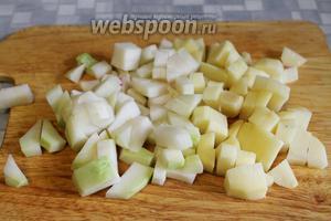 Кубиками нарезать картофель и кольраби.