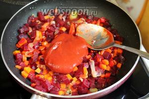 На масле с добавлением бульона припустить овощи, в конце добавить томатную пасту и раздавленный и мелко порезанный чеснок. Приготовить заправку, потушив всё минут 5.