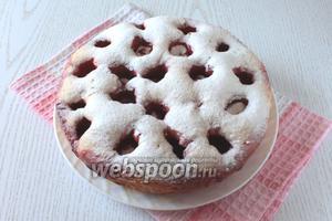 Аккуратно достать пирог из чаши. Посыпать тёплый пирог сахарной пудрой. Наш пирог с клубникой в мультиварке готов. Приятного чаепития!