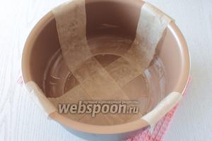 Чашу мультиварки смазать сливочным маслом и выстелить крест-накрест полосками пергамента, шириной 8-10 см.
