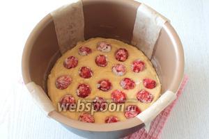 Обмакивая ягоды в сахарную пудру, выложить на тесто.