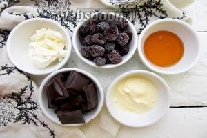 Для приготовления нам понадобятся следующие ингредиенты: творог, ежевика, шоколад чёрный, сметана, сироп морковный, кукурузные хлопья.