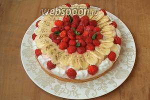 Оставила торт пропитываться в холодильнике на 2-3 часа, затем сняла кольцо и выложила торт на блюдо. Пока торт пропитывался, я поджарила миндальные лепестки и посыпала ими торт уже непосредственно перед подачей. Приятного аппетита!