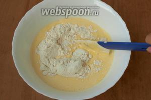 Всыпать просеянную муку и методом складывания вымесить тесто.