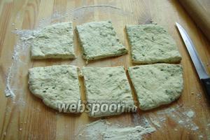 Раскатайте тесто в прямоугольник толщиной 1,5-2,5 см. И разрезаем на 6 частей.