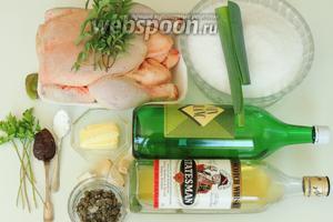 Подготовим ингредиенты: курицу полностью подготовленную к запеканию,соль морскую крупнокристаллическую, виски и белое сухое вино, масло сливочное, бульон и крахмал, чеснок и смесь перцев с чесноком, гладколистную петрушку, орегано и мяту, лук-порей и каперсы.