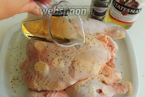 Перчим смесью перцев с чесноком и поливаем  курицу 75 мл виски.