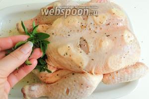 Фаршируем курицу оставшимся чесноком, тоже нарезанным, и целыми веточками орегано.
