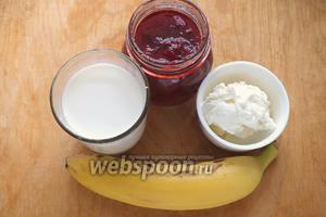 Подготовьте необходимые ингредиенты: клубничный джем, банан, пломбир, молоко. Все ингредиенты должны быть хорошо охлаждены.