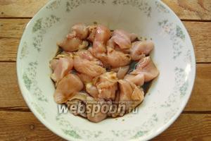 Сложите филе в миску. Влейте соевый соус и перемешайте.