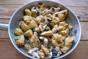 К обжаренному мясу добавляем шампиньоны и нарезанный чернослив. Вливаем 0,5 стакана воды или бульона. Тушим всё до готовности мяса и грибов.  Весь процесс обжарки займёт 15-20 минут. Наша курица с грибами и черносливом в соевом соусе готова.
