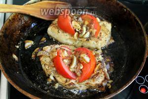 Плиту отключить, на мясо собрать поджаренный лук и подавать. Блюдо готово.