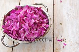 Лепестки поместить в друшлаг и хорошо потрясти, чтобы удалить тычинки и пестики.
