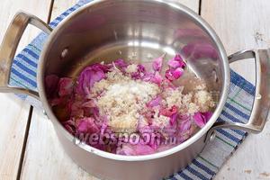 Выложить обваренные лепестки  вместе с остатками воды в кастрюлю. Посыпать 2-3 столовыми ложками сахара и щепоткой лимонной кислоты.