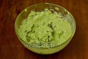 Добавляем размягчённое (не растопленное!) сливочное масло и щепотку соли, с помощью блендера доводим до кремообразного состояния с максимально однородным окрашиванием.