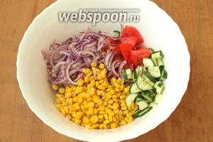 Соединить в большом салатнике огурцы, помидоры и лук. Добавить консервированную кукурузу.
