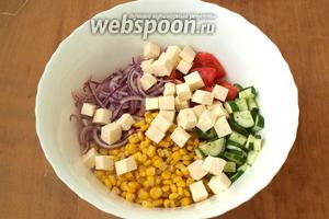 Затем к овощам добавить брынзу.