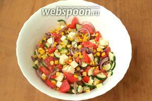 Салат перемешать, поперчить и посолить по вкусу. Заправить салат оливковым маслом и сразу подавать к столу. По желанию в салат можно добавить свежую зелень. Приятного аппетита!