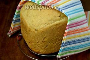 Осторожно переворачиваем, чтобы хлеб выпал, помещаем его на решётку, накрыв полотенцем, и даём остыть. Хлеб получается высоким, пористым, очень ароматным, с вкусными вкраплениями кедровых орешков, с хрустящей хрупкой корочкой.