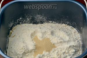 Всыпаем смесь муки с отрубями поверх жидкости и сверху муки добавляем дрожжи. В отличие от обычного ручного приготовления теста в хлебопечке до момента замешивания дрожжи не должны контактировать ни с жидкостью, ни с солью, ни с сахаром. Орешки добавим позднее после основного замеса.