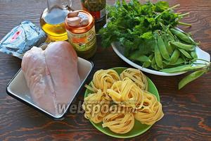 Нам понадобится: паста, молодой горошек (в стручках), мята, масло, грудка, соль, перец, каперсы/оливки, сыр.