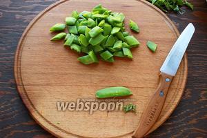 Сварить пасту, как описано на упаковке (а лучше на 1-2 мин. меньше;)). Почистить (удалить прожилку) и порезать горошек.