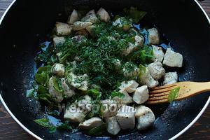 Добавить мелко нарезанные листики мяты и снять с огня. К этому времени паста, уже должна быть готова.