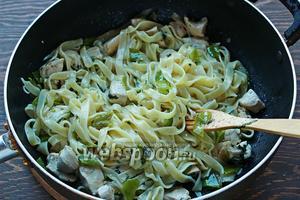 Добавить пасту к соусу (если «сухая/густая», добавить пару ложек воды из под пасты), перемешать. Подавать с каперсами и сыром. Угощайтесь))