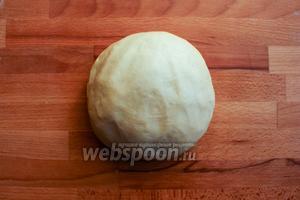 Вымешивайте тесто пока оно не станет гладким и эластичным.