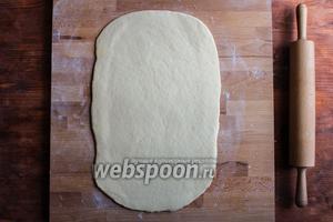 Раскатайте тесто в прямоугольник размером примерно 40х25 см.