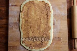 Намажьте пасту на тесто ровным слоем. Лучше всего делать это силиконовой кистью.