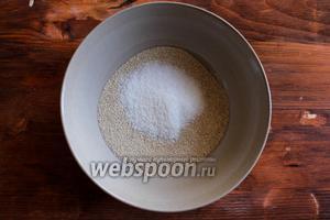 Соедините в небольшой мисочке сухие дрожжи и сахар и перемешайте.