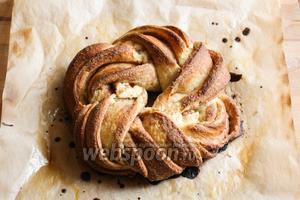 Выпекайте булочку в духовке в течение 25 минут при 200 °C, пока она не станет золотистой и ароматной. Приятного аппетита!