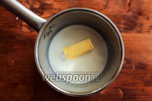 В небольшой ковшик влейте молоко и положите сливочное масло.