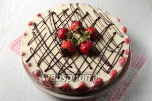 Украсить торт по желанию. Я украсила сеточкой из растопленного шоколада и клубникой. Наш торт суфле готов. Приятного чаепития!