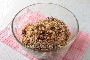 Для основы нужно размять печенье, халву. Грецкие орехи подсушить и крупно измельчить.