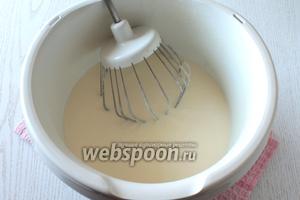 Желатин нагреть до 60ºC. Взбить сметану с сахаром, в конце взбивания влить подготовленный желатин.