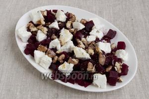 Выложить кубики свёклы на блюдо, сверху — ломтики сыра и обжаренные на сухой сковородке грецкие орехи. Сбрызнуть оливковым маслом. Приправить смесью перцев и прованскими травами.